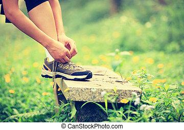 vrouw, shoelace, knopende, buiten