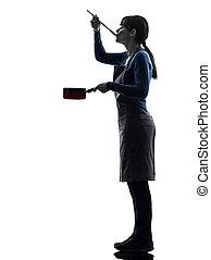 vrouw, silhouette, het koken, pan, proeft