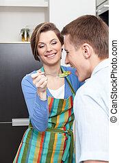 vrouw, slaatje, haar, proeven, aanbiedingen, echtgenoot
