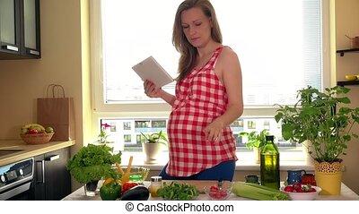 vrouw, slaatje, tablet, zwangere , pc computer, het bereiden, groente, thuis, vrolijke
