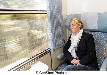 vrouw, slapend, in, trein, compartiment, moe, het rusten