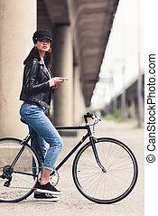 vrouw, smartphone, fiets