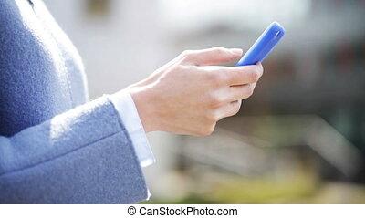 vrouw, smartphone, texting, handel hands