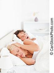 vrouw, snurken, haar, boyfriend's, verticaal, wakker worden, geërgerd