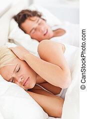 vrouw, snurken, haar, boyfriend's, verticaal, wakker worden