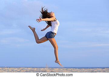 vrouw, springt, op het zand, van, de, strand