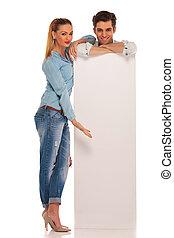 vrouw, stalletjes, terwijl, meldingsbord, achter, het voorstellen, witte , man
