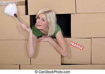 vrouw, stofdoek, omringde, dozen, pakking, veer