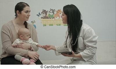 vrouw, tablet, arts, kleine, iets, vrouwlijk, baby, optredens, kinderarts