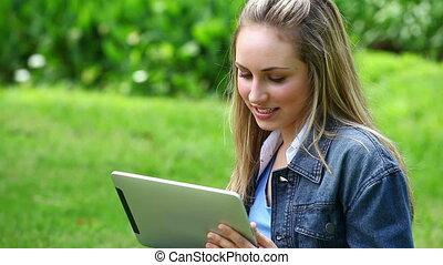 vrouw, tablet, computer, gebruik, blonde, vrolijke