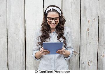 vrouw, tablet, haar, jonge, modieus, modieus, gebruik, bril