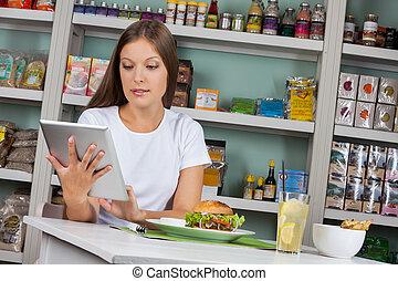 vrouw, tablet, hapjes, supermarkt, terwijl, gebruik, hebben