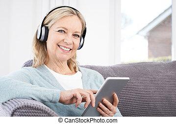 vrouw, tablet, headphones, draadloos, muziek, middelbare...