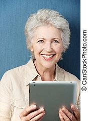 vrouw, tablet, het kijken, pc, goed, vasthouden, senior