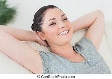 vrouw, terug leunend, bankstel, onbezorgd