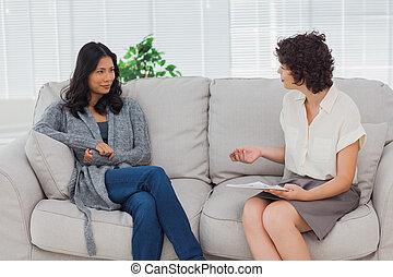 vrouw, therapist, het luisteren, haar
