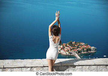 vrouw, toerist, boven, sveti, stefan, eiland, in, budva, montenegro., zomer, reizen, foto