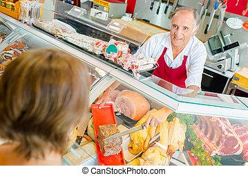 vrouw, toonbank, vlees, aankoop