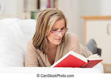 vrouw, van middelbare leeftijd, aantrekkelijk, het liggen, lezende