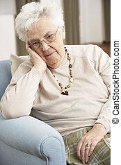 vrouw, verdrietige , het kijken, thuis, senior, stoel