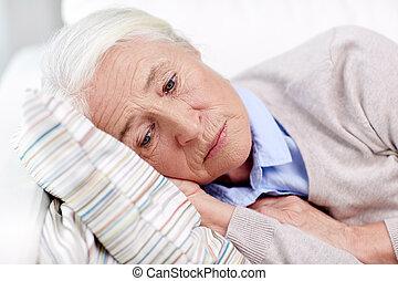 vrouw, verdrietige , thuis, senior, hoofdkussen, het liggen