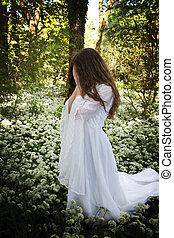 vrouw, vervelend, een, lang, witte kleding, staand, in, een, bos