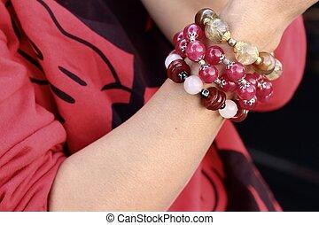 vrouw, vervelend, een, rood hemd, en, armband, jewelry.