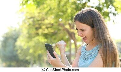 vrouw, vindt, telefoon, aanbiedingen, online, opgewekte,...
