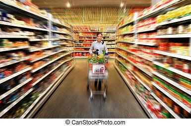 vrouw, voedsel winkelen, op, de, supermarkt