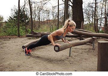 vrouw, volhardend, jonge, pushups
