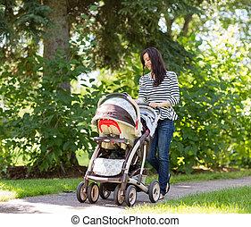 vrouw, voortvarend, kinderwagen, in park