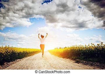 vrouw, vreugde, jonge, rennende , springt, zon, naar,...