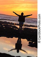 vrouw, vrijheid, kosteloos, het genieten van, strand, sunset.