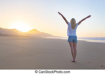 vrouw, vrijheid, sunrise., kosteloos, het genieten van, strand