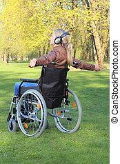 vrouw, vrolijke , in, wheelchair, koptelefoon