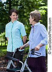 vrouw, walker, bejaarden, wandelende