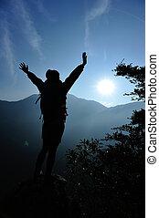 vrouw, wandelaar, openen armen, de piek van de berg