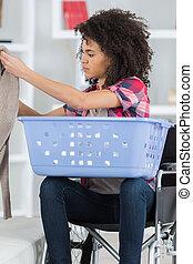 vrouw, was, het putten, handdoeken, wheelchair, machine