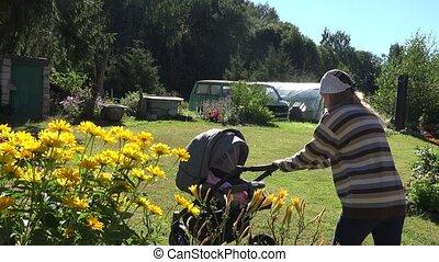 vrouw, werf, tuin, buggy, zenden, bewjizen, flowers., slaap, 4k, moeder, baby, landelijk, wandelaar