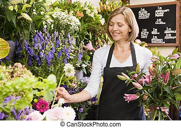 vrouw, werken aan, bloem winkel, het glimlachen