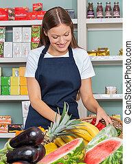 vrouw, werken aan, grocery slaan op