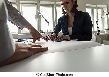 vrouw, werken aan, kantoorbureau, met, medewerker