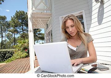 vrouw, werken thuis, op, laptop computer