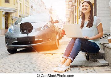 vrouw, werkende , auto, draagbare computer, terwijl, wachten, optimistisch