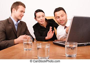 vrouw, werkende , draagbare computer, mannen, twee, plan