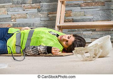 vrouw, werkplaats, ongeluk