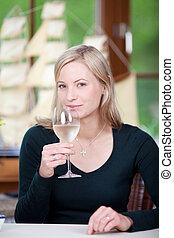 vrouw, wijnglas, vasthouden, restaurant