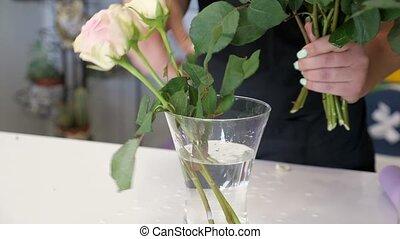 vrouw, winkel, zet, vaas, rozen, bloem, handen, bloemist,...
