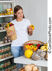 vrouw winkelen, bellpeppers, in, supermarkt