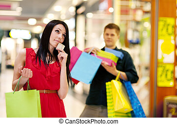 vrouw winkelen, bestedend geld, jonge, veel